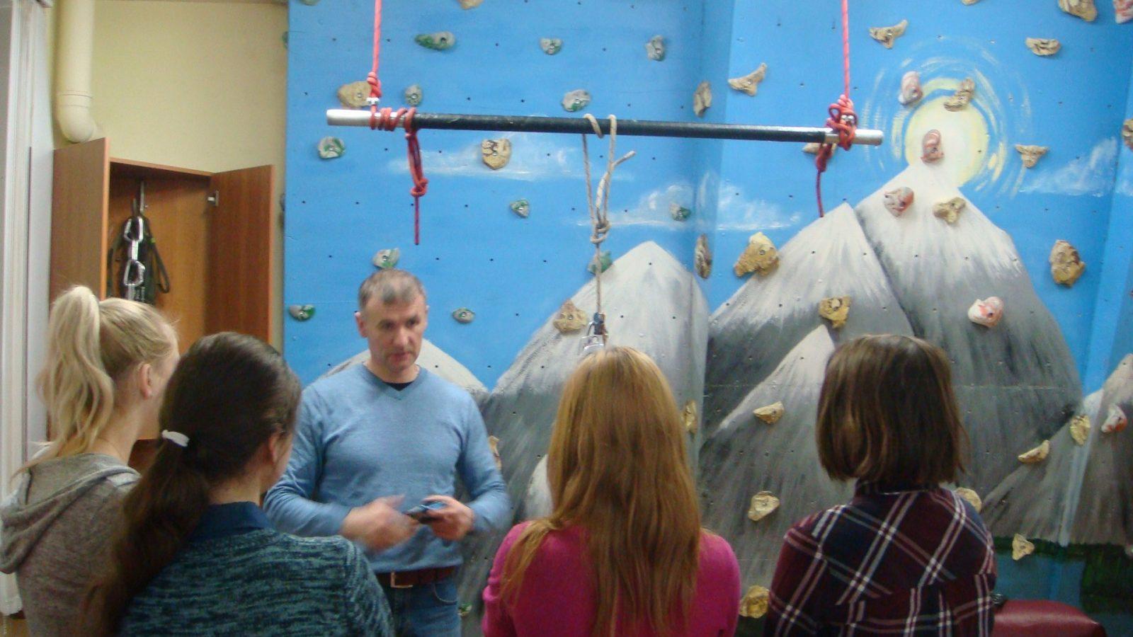 В Твери студенты-медики учились вязать узлы
