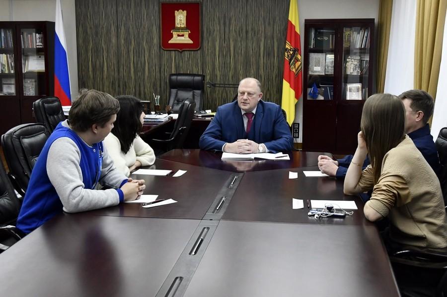 Председатель областного парламента Сергей Голубев встретился с руководителями волонтерских организаций региона